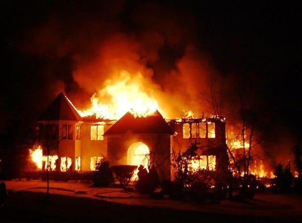 Un cauchemar de maison en feu.