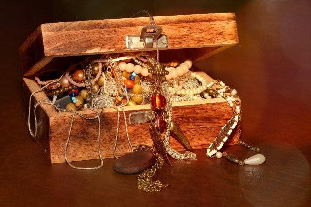 Que signifie un rêve de coffre à bijoux ?