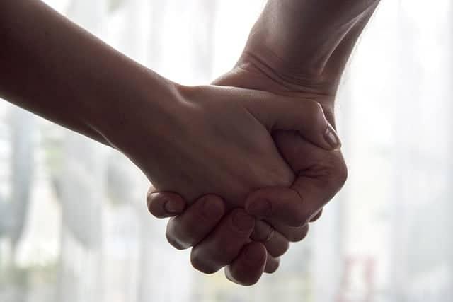 Que signifie rêver de tenir la main ?