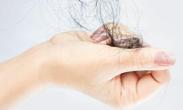 Que signifie rêver de cheveux dans la main ?